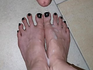 Cumshot on her long toes