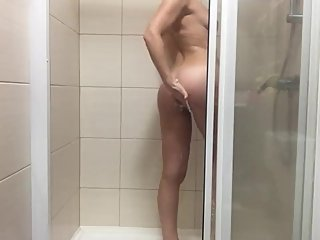 HIDDEN SHOWER CAMERA CAUGHT A SUGAR BABE!!!